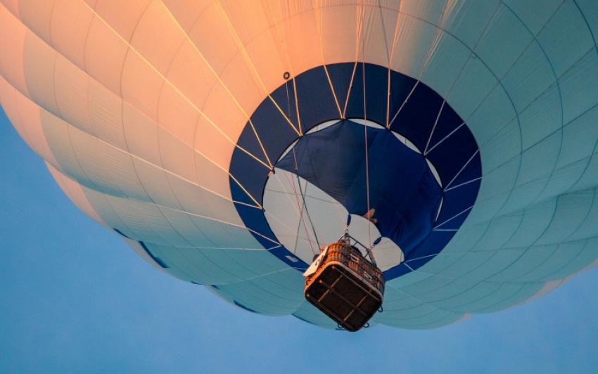 Földre zuhant egy hőlégballonba kapaszkodó fiatal, és halálra gázolta egy autó