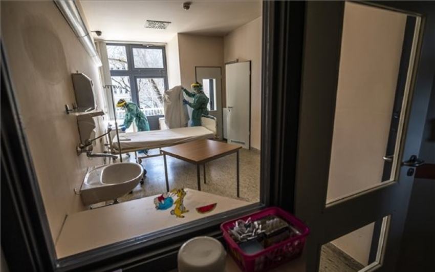 Meghalt 10 beteg, 1249 új fertőzöttet találtak Magyarországon